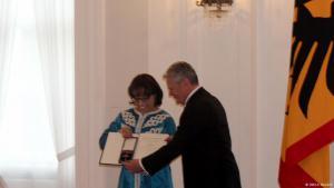 الرئيس الألماني غاوك يسلم الجائزة التقديرية لصوريا موقيت في قصر بيايفه في برلين