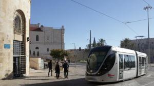 """شارع يافا الذي كان في السابق الشارع الرئيسي المؤدِّي إلى القدس الغربية وأصبح اليوم شارعًا هادئًا للمشاة، يلتقي عند ساحة """"تساهال"""" بأسوار """"البلدة القديمة"""" وبالقسم الشرقي من مدينة القدس. ومن هنا يسير الترام المثير للجدل، والذي تم تدشينه في عام 2011، وينشر في المكان مسحة حضرية."""
