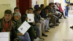 لاجئون في طابور الانتظار لدى السلطات