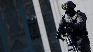 شرطي مسلَّح عند نقابة الصحفيين المصرية في القاهرة 15 /  04 / 2016.Foto: Getty Images/AFP/A. Dalsh