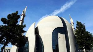 المسجد المركزي في مدينة كولونيا: أثار بناء المسجد الكبير في مدينة كولونيا الألمانية في البداية جدلا كبيرا بين مؤيد ومعارض لرفع منارته. غير أن هذا المسجد التركي أصبح رمزا للانفتاح والتسامح الذي يميز منطقة الراين في ألمانيا. يتم فيه إقامة الصلاة. وحوله مركز إسلامي تابع له. وكان من المقرر افتتاح هذا الجامع رسمياً عام 2012 ولكن تأجل الافتتاح إلى وقت لاحق.