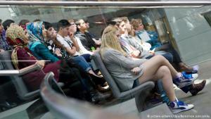 في المدارس الألمانية تدرس المحجبات جنباً إلى جنب مع غير المحجبات، ويشاركن في مختلف النشاطات التي تنظمها المدارس كما هو حالهن في هذه الزيارة لمقر البرلمان الألماني (بوندستاغ).