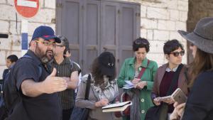 """يهودا شاؤول خلال جولة لمنظمة """"كسر الصمت"""" في الخليل. (photo: Oren Ziv)"""