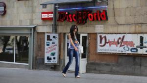 فتاة تمشي: عالم آخر. نشأ جيل من الشباب لم يلحق كثيرا بالفترة السوفييتية مختلف عن الجيل الذي عاصر الحكم السوفييتي. الموسيقى الغربية والأزياء الغربية الطراز تنتشران بين الجيل الجديد. لكنه يعيش الماضي أيضا الذي ترك آثاره.