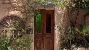 """نظَّمت جمعيةٌ إسرائيليةٌ اسمها ذاكرات (بالعبرية: زوخروت) سلسلةً من الفعاليَّات الثقافية تحت عنوان """"بيوت بعد الواصلة""""، وذلك إحياءً لذكرى النكبة الفلسطينية، من أجل تسليط الضوء على تهجير الفلسطينيين من يافا في عام 1948 والتذكير بنكبتهم التي انمحت الآن من الذاكرة. وهذه الفعاليَّات تشمل جولات في المدينة وزيارات للمنازل الفلسطينية - مثل هذا المنزل الفلسطيني، الذي تم ترميمه تمامًا من الداخل، والكائن في حي العجمي (معظم سكَّانه من العرب)."""