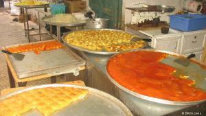 ويعتبر رمضان فرصة لمحبي الحلويات، إذا تشتهر المدينة بحلوياتها، مثل حلاوة الزلابية المصنوع من لب القرع، والكلاج، وحلاوة السمسم، والمدلوقة، إلا أن الكنافة النابلسية قد تكون الأشهر على الإطلاق.