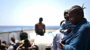 (photo: Getty Images/G. Bouys) مهاجرون على الحدود الليبية