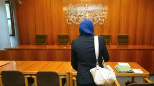 امرأة قانونية مسلمة متخصصة في مجال القضاء والمحاماة ترفع دعوى في محكمة أوغسبورغ ضد منعها من ارتداء الحجاب أثناء عملها في قاعة المحكمة.  Foto: Karl-Josef Hildenbrand/dpa