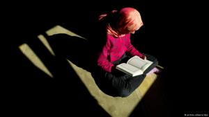 مسلمة تقرأ القرآن.