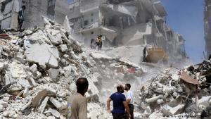 أكوام وأكوام وأكوام...من الحطام: بعد القصف تتسبب الأبنية المتداعية والمتهدمة في سد الشوارع والطرق. يتداعى منقذون إلى البحث عن جثث الضحايا، وربما ناجين محتملين.