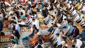 مسلمون يصلون بتاريخ 05 / 07 / 2016 في إحدى الصالات الرياضية في مدينة هامبورغ الألمانية في عيد الفطر.Foto: picture-alliance/dpa/L. Schulze