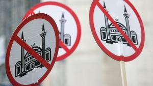 من مظاهرات اليمين المتطرف المنادي بحظر المساجد في ألمانيا، كولونيا. Foto: picture-alliance/Ralph Goldmann