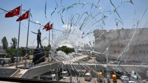 نافذة زجاجية مكسورة لأحد مراكز الشرطة في أنقرة بعد الانقلاب الفاشل 18 / 07 / 2016. (photo: Reuters/O. Orsal)