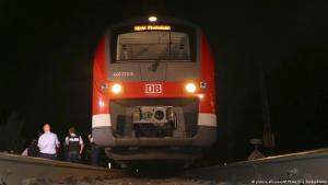 قطار في مدينة فورستبورغ قام فيه طالب لجوء أفغاني يبلغ من العمر 17عاما بدافع جهادوي بالاعتداء على خمسة أشخاص على متن القطار وجرحهم بالآت حادة هي الفأس والسكين.