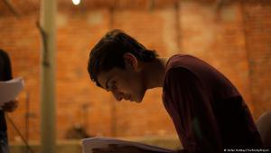 الفتى كحيل يتدرب على إلقاء قصيدته. Foto: Stefan Rottkay/The PoetryProject