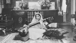 الأميرة الهندية المسلمة نور النساء عنايت خان تعزف على آلة السيتار وهي آلة موسيقية هندية شبيهة بالعود.  Foto: Verlag Heilbronn