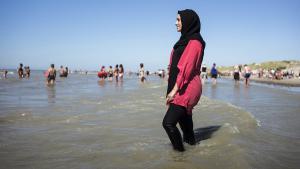 امرأة مسلمة ترتدي البوركيني على أحد شواطئ فرنسا. Foto: picture-alliance/Photopgr/Le Parisien/Arnaud Dumontier