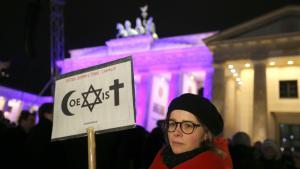 وقفة عند بوابة براندبورغ من أجل ألمانيا منفتحة عالمياً ومن أجل حرية الرأي والدين.  Foto: Kay Nietfeld/dpa