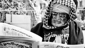 """مصري يقرأ جريدة """"المصري اليوم"""". Foto: Mosa'ab Elshamy"""