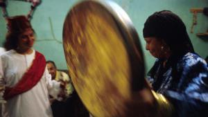 يتم تحضير الأرواح أثناء طقوس الزار تبعًا للعديد من المشاهد الدرامية المعقَّدة، التي تبلغ ذروتها المسرحية مع ذبح حيوان. وتعود أصول هذه الطقوس إلى المنطقة الواقعة جنوب الصحراء الكبرى في إفريقيا. وصلت طقوس الزار في منتصف القرن التاسع عشر من إثيوبيا عبر السودان إلى مصر. وعلى الأرجح أنَّ هذا النوع من تحضير الأرواح يعود إلى طقوس الفودو الخاصة برجال الأدغال، وقد انتشرت من خلال تجارة الرقيق حتى في جنوب العراق وفي إيران والمغرب.