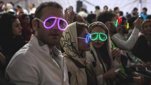 إيرانيون يزورون حفلة روك موسيقية في جزيرة كيش في إيران. Foto: Mehr