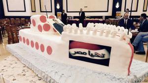 """كعكة مكتوب عليها """"تحيا مصر"""" احتفالاً بافتتاح قناة السويس الثانية في مصر."""