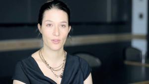 """المخرجة الأمريكية ريبيكا ماجور محررة كتاب """"حكايات التحرير: مسرحيات من الثورة المصرية""""   (source: vimeo)"""