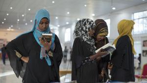 زوار المعرض الدولي للكتاب في هرغيسا عاصمة جمهورية أرض الصومال. (photo: Kate Stanworth)