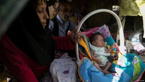 متشردة مدمنة على المخدرات مع طفلها في طهران.
