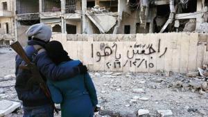 """""""راجعين يا هوا"""".. صاحبا أشهر صورة في حلب لا يزالان محاصرين.. وهذه قصَّتهما"""