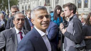 """انتخب سكان لندن الخميس (الخامس من مايو/ أيار 2016) صادق خان المسلم ابن سائق الحافلة من أصل باكستاني رئيساً جديداً لبلدية العاصمة لندن بعد معركة انتخابية حامية. وخان: """"أنا فخور بأنني مسلم""""، لكنه أضاف """"أنا لندني، أنا بريطاني (..) لدي أصول باكستانية. أنا أب وزوج ومناصر لنادي ليفربول منذ زمن طويل. أنا كل هذا"""". وتابع """"لكن العظيم في هذه المدينة هو أنك تستطيع أن تكون لندنياً من أي معتقد أو بلا معتقد، ونحن لا نتقبل بعضنا فقط، بل نحترم بعضنا ونحتضن بعضنا ونحتفي ببعضنا. هذه إحدى المزايا العظيمة للندن""""."""