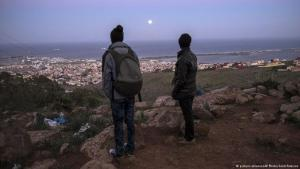 لاجئون في منطقة ندور المغربية ينظرون إلى مليلية وهي منطقة إسبانية في أفريقيا.  Foto: picture-alliance/AP
