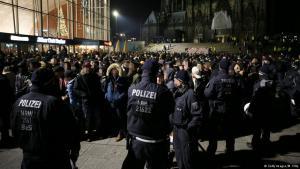 سلسلة من أفراد الشرطة أمام الواصلين للاحتفال عند محطة القطار الرئيسية في كولونيا ليلة رأس السنة 2017. Foto: Getty Images