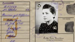 """تم تعيين اسم ثان لوالدة  الكاتب اليهودي فريد أمرام من قِبَل النازيين، وهو نفس الاسم الثاني لكافة النساء اليهوديات. بطاقة هويتها اليهودية فرضت عليها التوقيع باسمها الثاني """"سارة""""."""