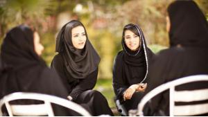 نساء بلباس عربي يتحدثن في أحد النقاشات. (photo: British Council)