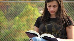 فتاة يافعة تقرأ كتاباً. (source: freestockphotos.biz)