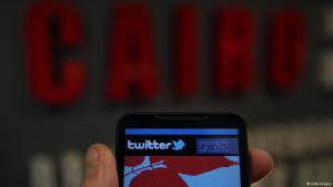 هاتف ذكي عليه شعار تويتر.