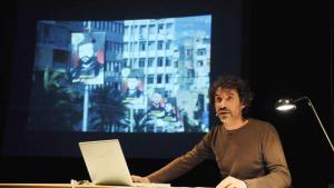 """الفنان اللبناني ربيع مروة خلال عرضه الأدائي بعنوان """"The Pixelated Revolution"""" عن نقل المعلومات والتعامل مع الصور وقوتها في عصر التكنولوجيا الرقمية. Quelle: kampnagel.de"""