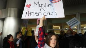 احتجاجات في مطار ميامي الدولي على حظر دخول ملايين المسلمين إلى الولايات المتحدة الأمريكية. Foto: Getty Images