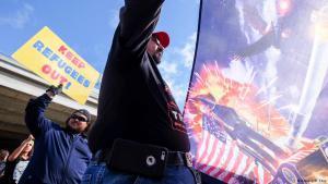 من أنصار ترامب المؤيدين لحظر الهجرة. (photo: Reuters/Ringo Chiu)