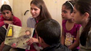 مؤلفة كتاب الصور السورية نادين كعدان تقرأ كتاباً لمجموعة من الأطفال. (source: private)