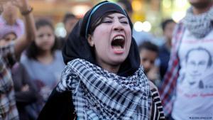 متظاهرة -عند ميدان طلعت حرب في القاهرة- محتجة ضد عبد الفتاح السيسي. Foto: picture-alliance/AP