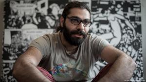 ;  + حميد سليمان من مواليد 1986 بدمشق، درس الهندسة ويعمل كرسام ومصور. هرب من سوريا عام 2011  ويعيش منذ ذلك الحين في باريس.Foto: Getty Images/AFP/P. Lopez