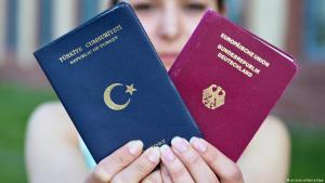 ;  صورة رمزية لجواز سفر ألماني وتركي Foto: dpa/picture-alliance