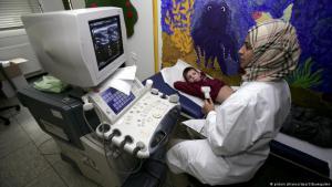 طبيبة مسلمة قي مستشفى للأطفال في مدينة بون الألمانية. Foto: picture-alliance/dpa