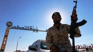 """جندي من """"الجيش الوطني الليبي"""" التابع للجنرال حفتر أمام محطة النفط في بلدة الزويتينة شرقي ليبيا.Foto: Reuters"""