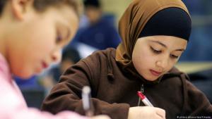 تلميذة مرتدية الحجاب في أحد الفصول الدراسية في مدرسة ابتدائية ألمانية. Foto: picture-alliance/dpa/F.Heyder