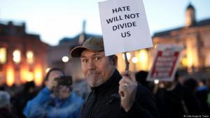 """رجل يحمل لافتة في ساحة ترافلغار """"الطرف الأغَر"""" مكتوب عليها """"الحقد لن يفرقنا"""" حداداً على ضحايا هجوم لندن الذي وقع الأربعاء 22 آذار/ مارس 2017، وادعى داعش تنفيذه. (photo: Getty Images/J. Taylor)"""