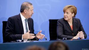 المستشارة الألمانية انغيلا ميركل مع الرئيس التركي اردوغان خلال زيارة لبرلين 2014. الصورة من الأرشيف