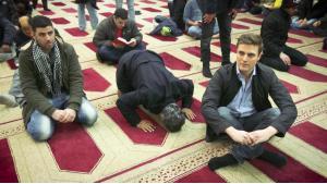 قسطنطين شرايبر (إلى اليمين) خلال بحثه في المساجد الألمانية.  Foto: ARD